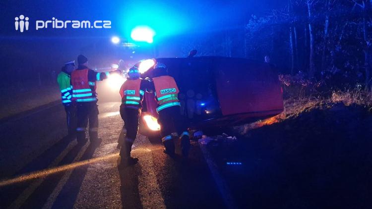 Převrátil auto na bok, vyvázl bez zranění