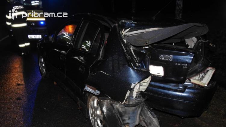 Na výjezdu z Příbrami narazilo auto do stromu, dvě osoby skončily v nemocnici