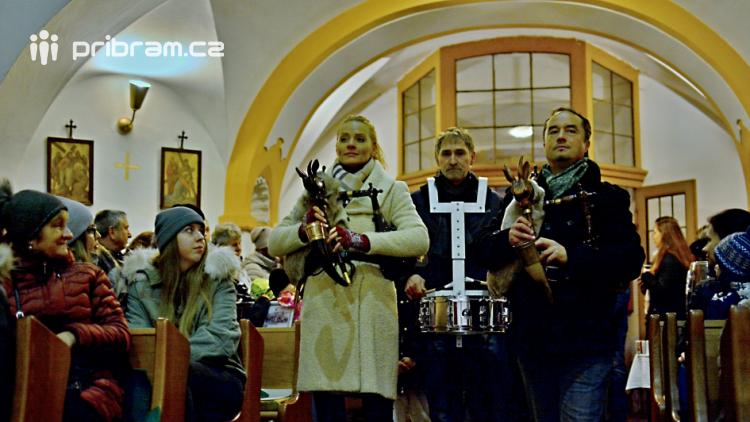 Dudy doprovodily sborový zpěv v kostele