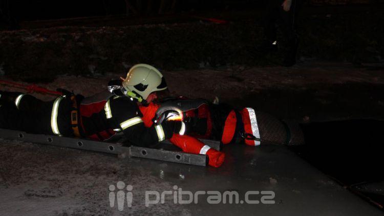 Muž se propadl na ledě, hasiči ho zachránili