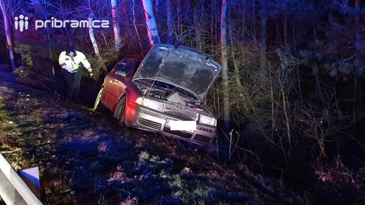 Auto vyletělo z dálnice a narazilo do stromu. Řidič skončil v nemocnici