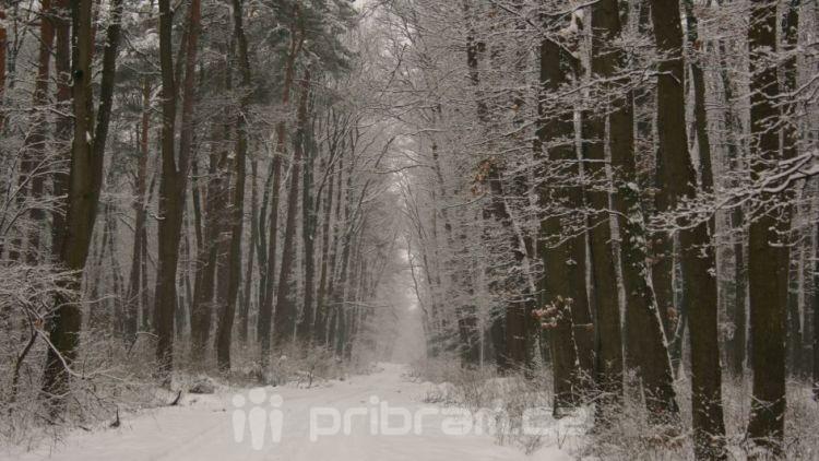 Na některých středočeských silnicích leží ujetá vrstva sněhu