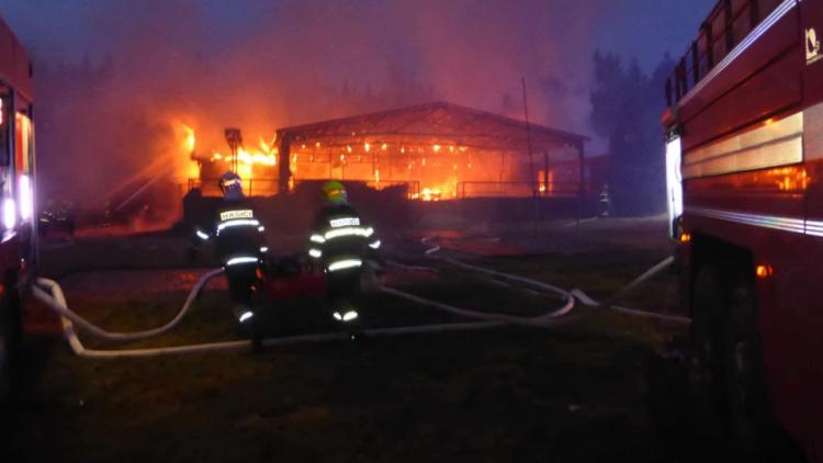 Plameny pohltily budovu restaurace v kempu u Věšína, hasiči vyhlásili druhý stupeň poplachu