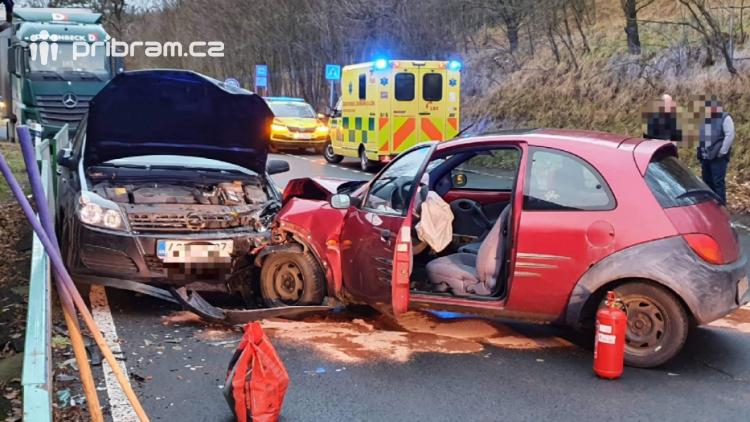 Po čelním střetu dvou vozidel uzavřeli policisté silnici na výjezdu z Příbrami