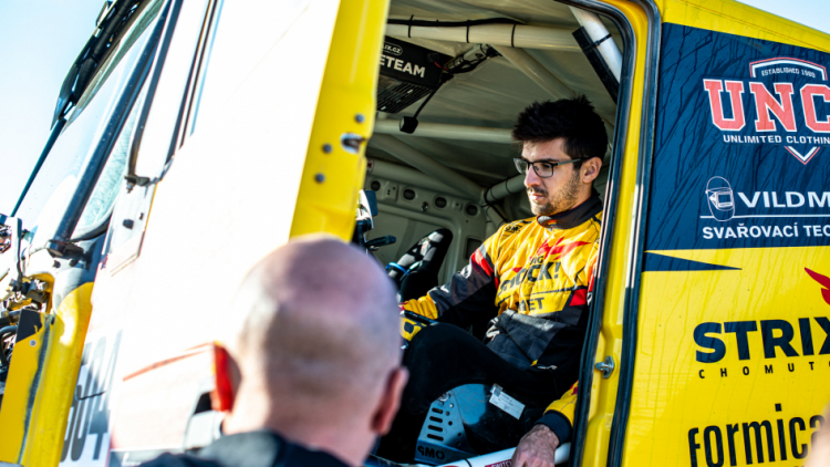 Macík dojel na zadní pohon, Brabec držel tempo dle rozstříhaného roadbooku. Včerejší etapa Rally Dakar byla opět dobrodružná