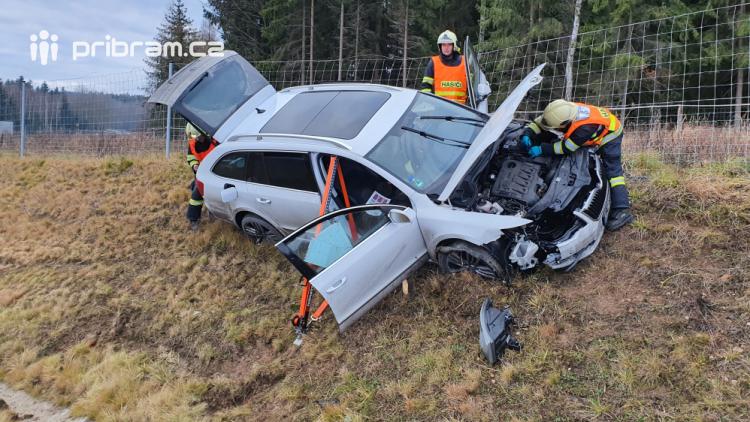 Řidič nezvládl řízení a skončil ve stráni, policisté uzavřeli sjezd na Strakonickou