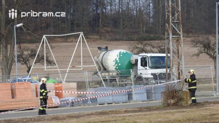 Vozidlo na čerpání betonu zasáhlo o elektrické vedení, hasiči povolali energetiky