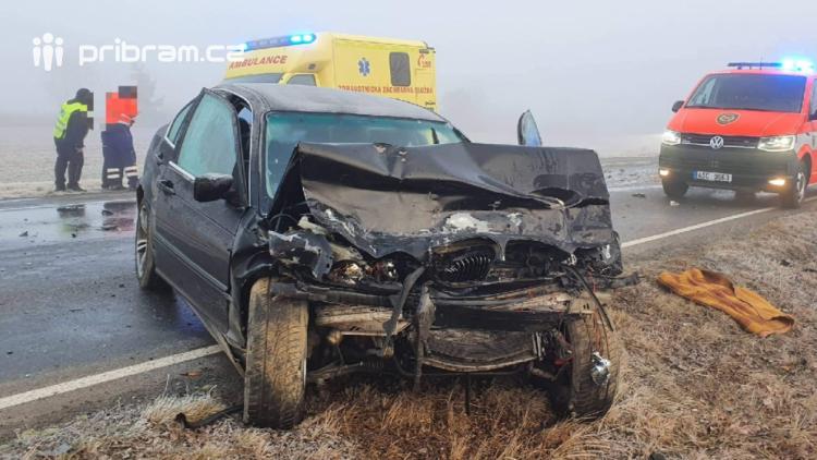 Čelní střet dvou vozidel uzavřel silnici mezi Dlouhou Lhotou a Obořištěm