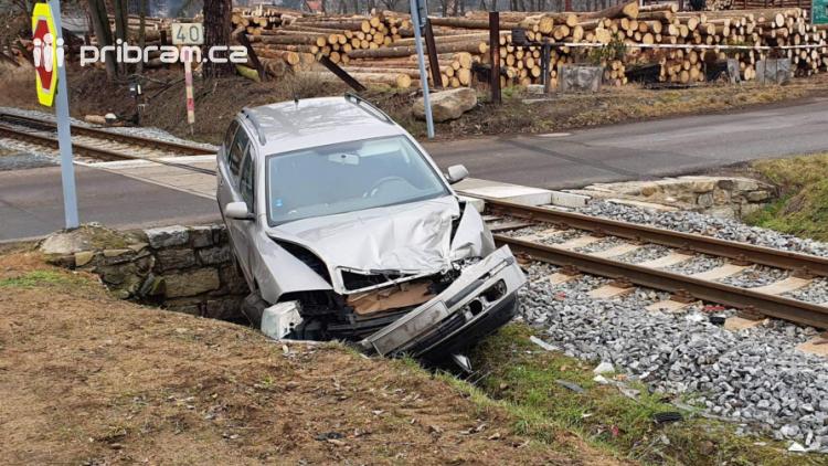 Na Příbramsku se srazil vlak s autem, nikdo se nezranil