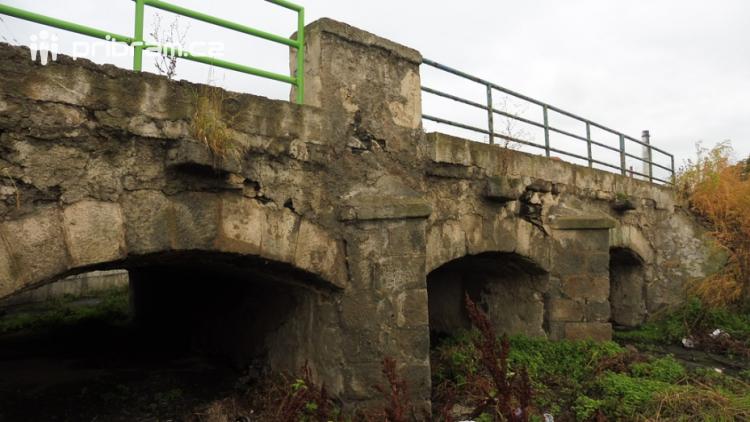 Replika Karlova mostu dostala od vedení Dobříše zelenou