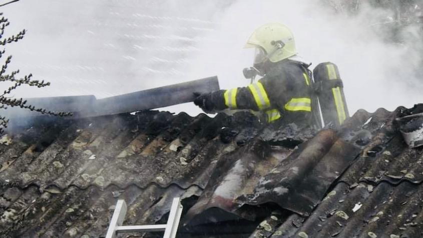 Hasiči zasahují u požáru kůlny v Jincích. Na místě jsou čtyři jednotky