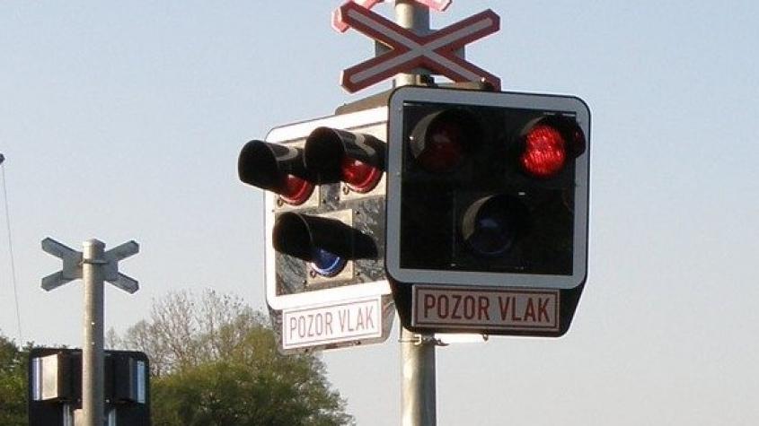 Osm železničních přejezdů ve středních Čechách dostane letos závory
