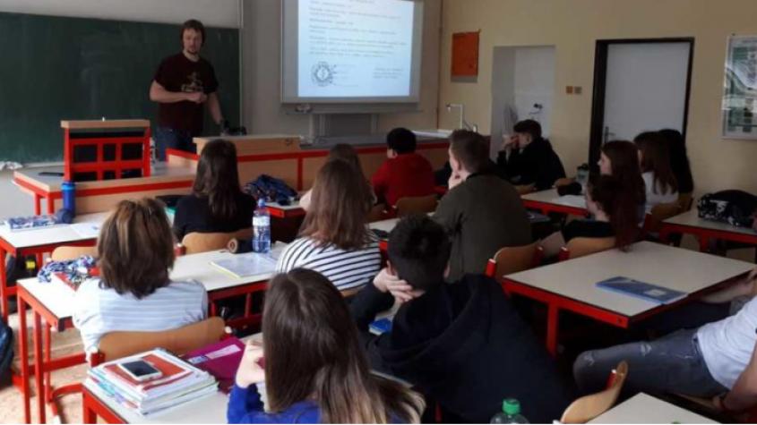 Biolog Martin Palus se vrátil na gymnázium. Mluvil o klíšťatech i koronaviru