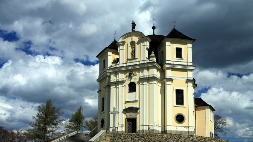 Hýkající vodovod, poustevník bylinkář. Kostel na Makové je skromný na pohled, ale bohatý na historii