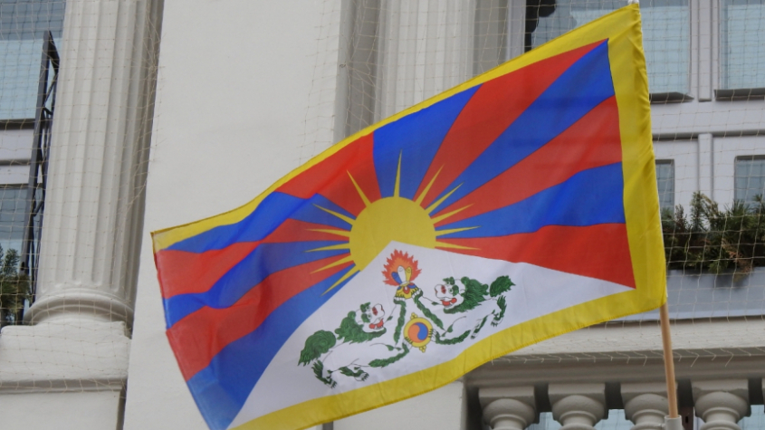 Na příbramské radnici byla vyvěšena tibetská vlajka