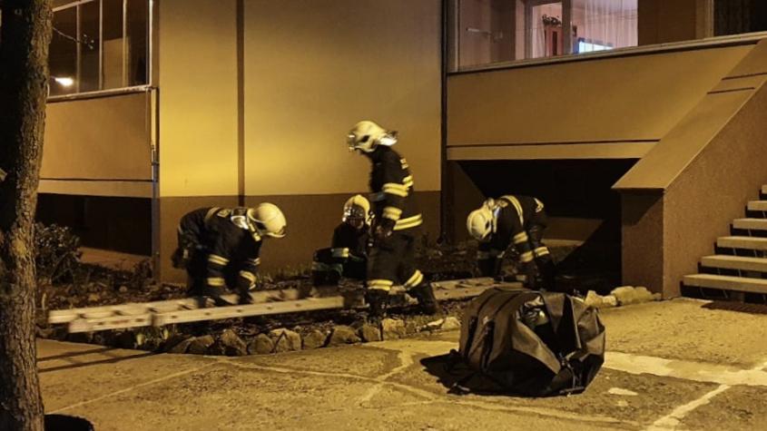Hasiči vyjížděli k nahlášenému pokusu o sebevraždu. Opilý muž chtěl skočit z okna v prvním patře