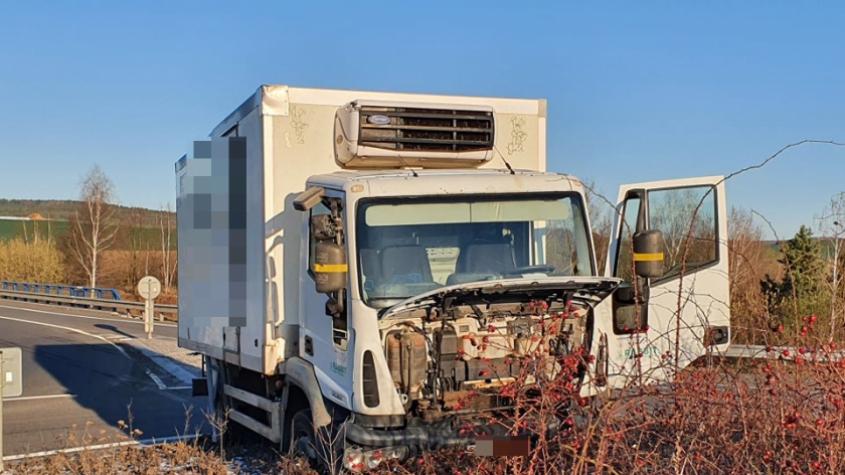 Řidiče nákladního vozidla oslnilo slunce a přehlédl kruhový objezd