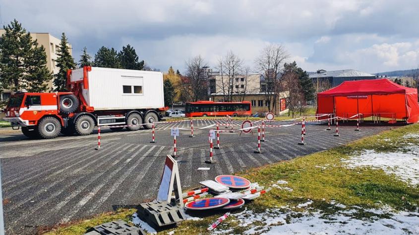 Na příbramském heliportu budují hasiči odběrné místo, testovat se bude přímo z aut