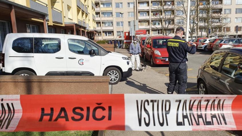 Hasiči dekontaminují bytové domy na Brodské. Byl zde prokázán čtvrtý případ nákazy koronavirem