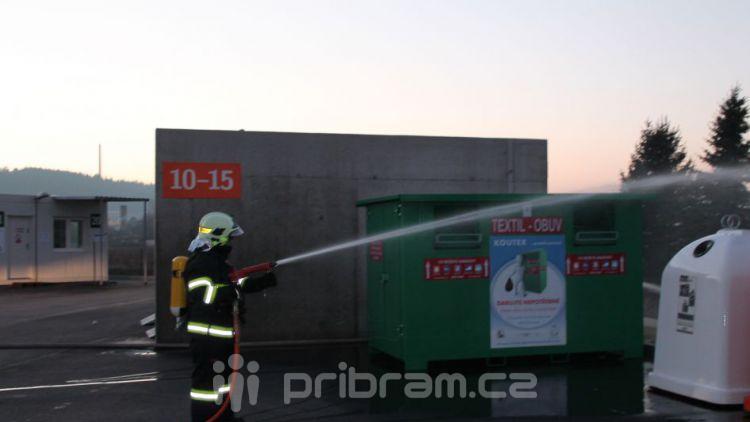 Hasiči hasili kontejner v nedávno otevřeném sběrném dvoře