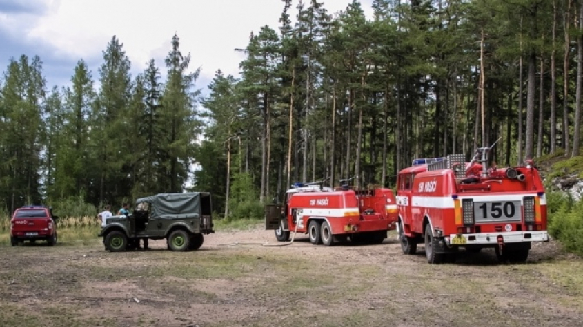 Hasiči likvidují požár v Brdech