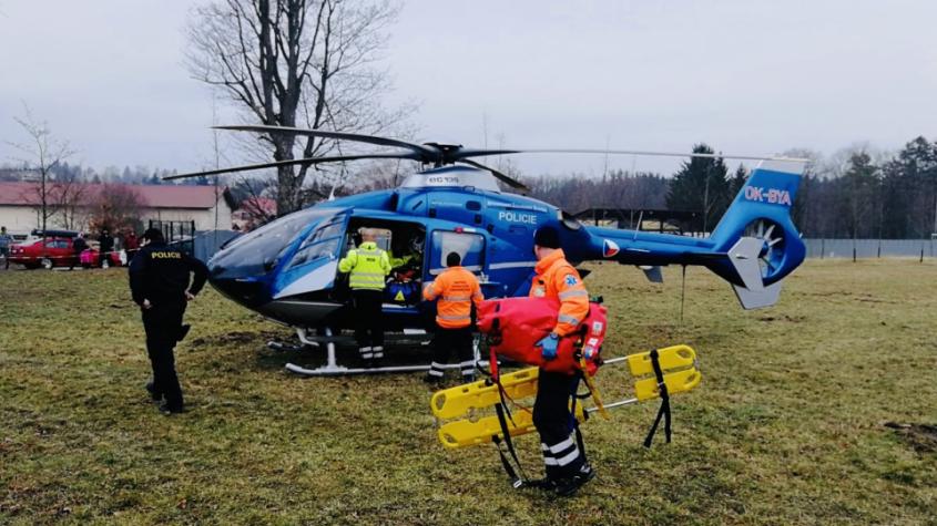 Muže při kácení zavalil strom, na pomoc vzlétl vrtulník