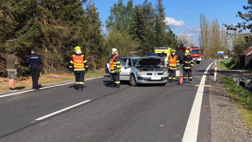 Dopravní nehoda uzavřela silnici u Rožmitálu. Jeden z řidičů z místa utekl, policisté prohledávají okolí
