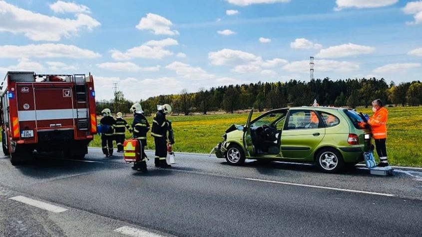 Nehoda dvou vozidel zastavila provoz na Strakonické, jeden z řidičů ujel