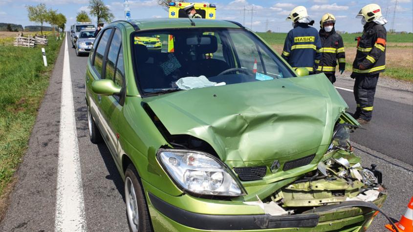Policisté pátrají po řidiči bílé dodávky, ale i svědcích dopravní nehody