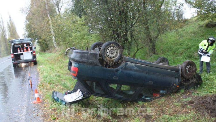 Řidička přetočila auto na střechu, utrpěla lehké zranění