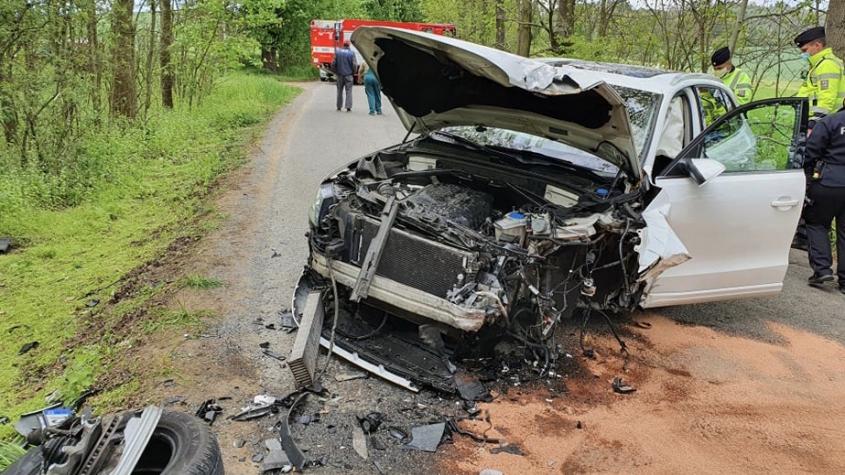 Při čelním střetu u Hříměždic došlo ke zranění dvou osob, policisté silnici uzavřeli