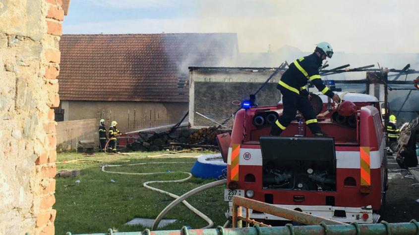Stodolu v Radošicích pohltily plameny, uvnitř shořela tři auta