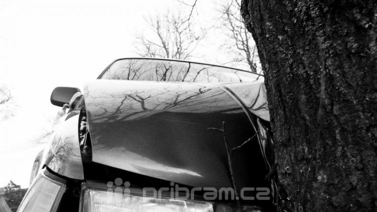 Mladý řidič v Rožmitále narazil do stromu