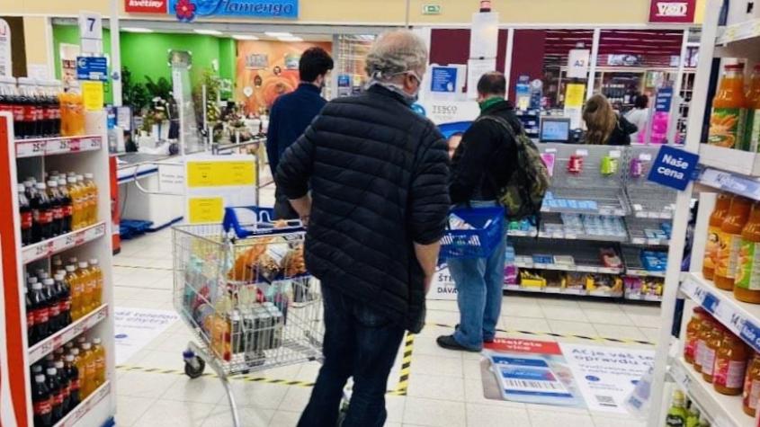 Senioři k nákupům nadále hojně využívají vyhrazené hodiny. Lidé s opatřením nesouhlasí, nestačí uvařit oběd
