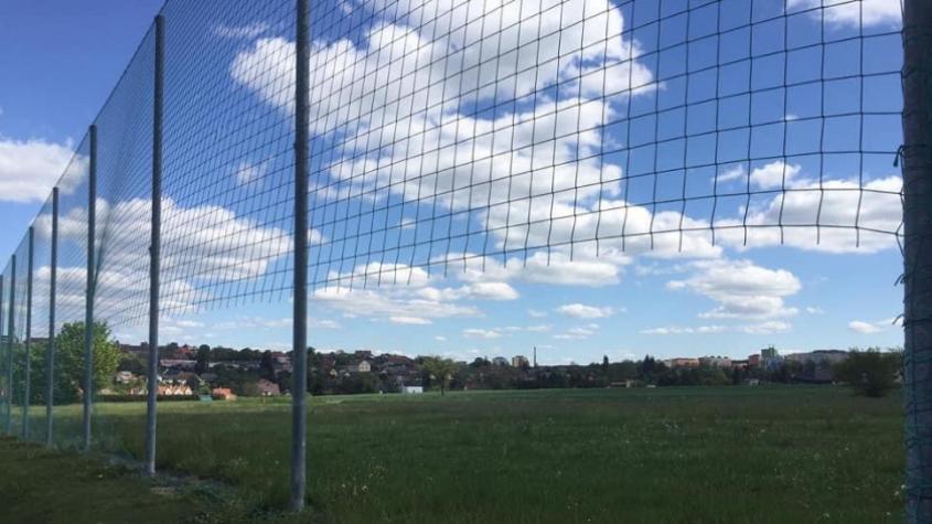 V Podlesí se potýkají s vandalismem, ochranné sítě místního hřiště kdosi odřezal