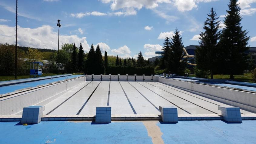 Venkovní bazén se připravuje na otevření. Pokud to počasí dovolí, provoz bude spuštěn 1. června