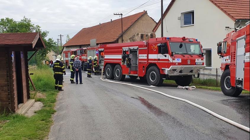 K požáru rodinného domu v Luhách vyjelo pět jednotek hasičů