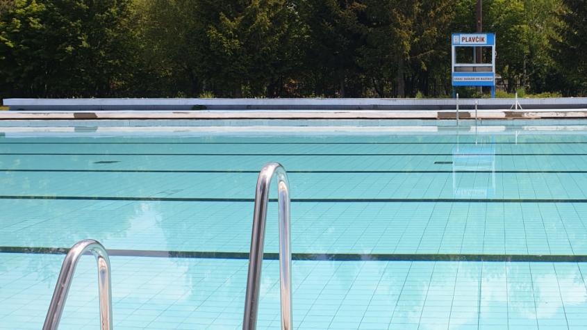 Letní sezona klepe na dveře, venkovní bazén otevře dříve