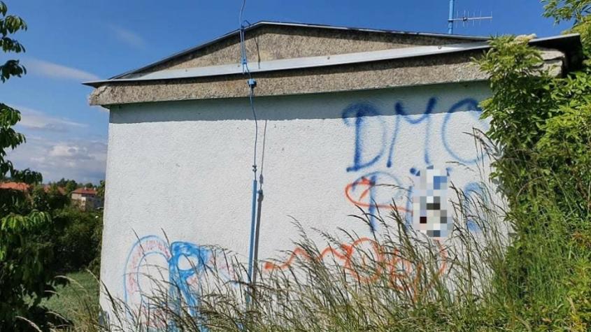 Foto: Neznámý vandal posprejoval fasádu vodojemu u Milína