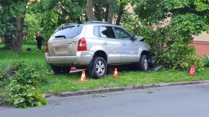 Řidička hyundaie vyjela mimo silnici, porazila lampu a zastavila o strom