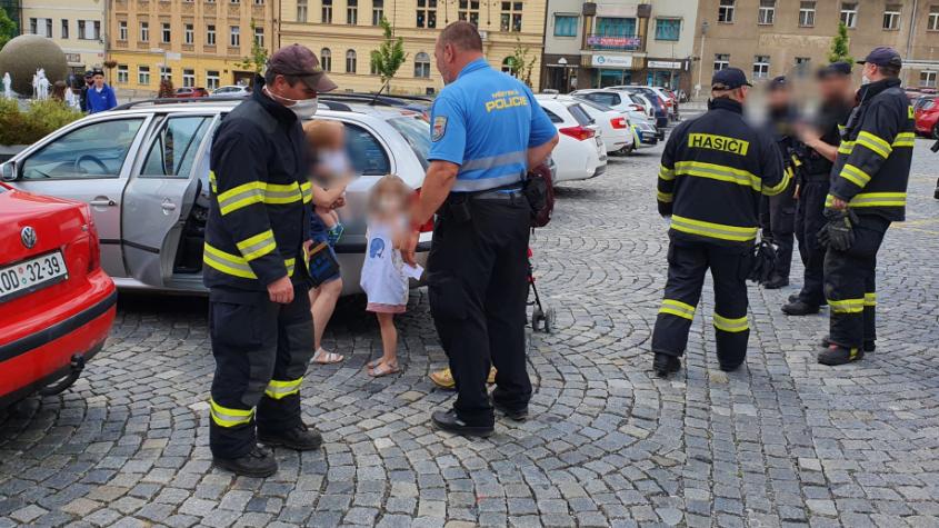 Městští strážníci pomohli vyprostit dítě z uzamčeného auta