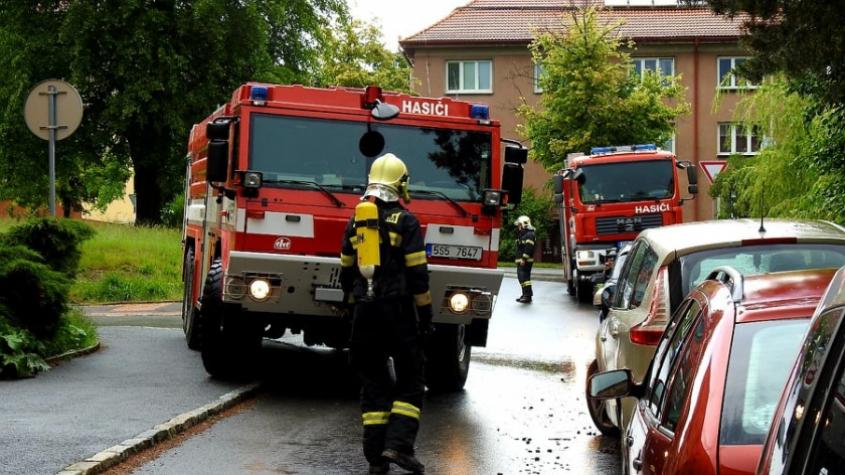 Hasiči vyjížděli k požáru bytu, dovnitř se museli dostat násilím