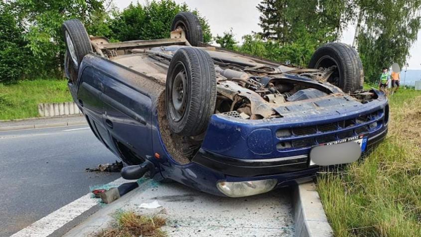 V Rožmitále skončilo auto na střeše, řidič vyvázl bez zranění
