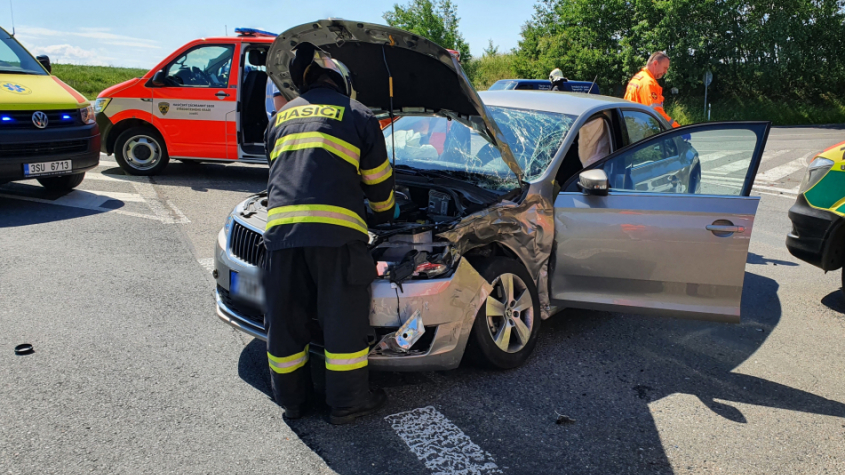 Tři zraněné osoby si vyžádala dopravní nehoda u sjezdu z dálnice na Dobříš