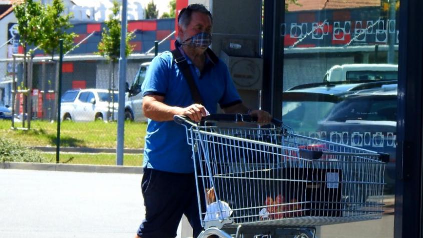 Téměř polovina lidí roušky v obchodech a při cestování veřejnou dopravou neodloží