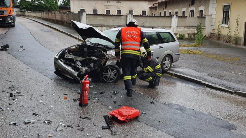 V Tochovicích narazil řidič Fordu do čistícího vozu, policisté silnici uzavřeli