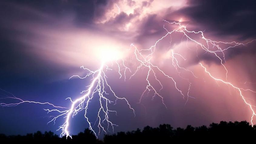 Meteorologové varují: V neděli přijdou silné bouřky s krupobitím