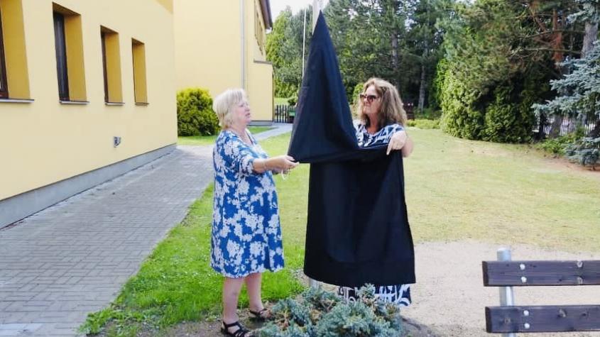 Lhota vyvěsila na památku obětí tragické události černý prapor, zřídila i transparentní účet