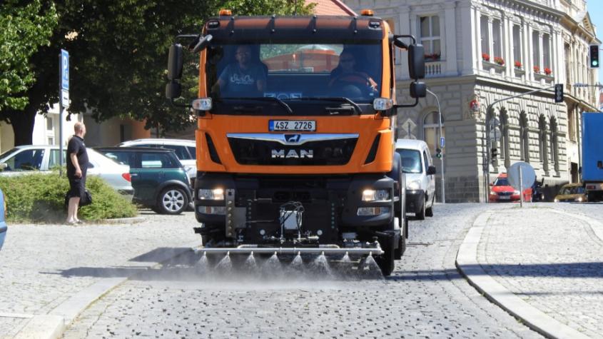 Technické služby bojují s vedry, do ulic vyjel nový kropicí vůz