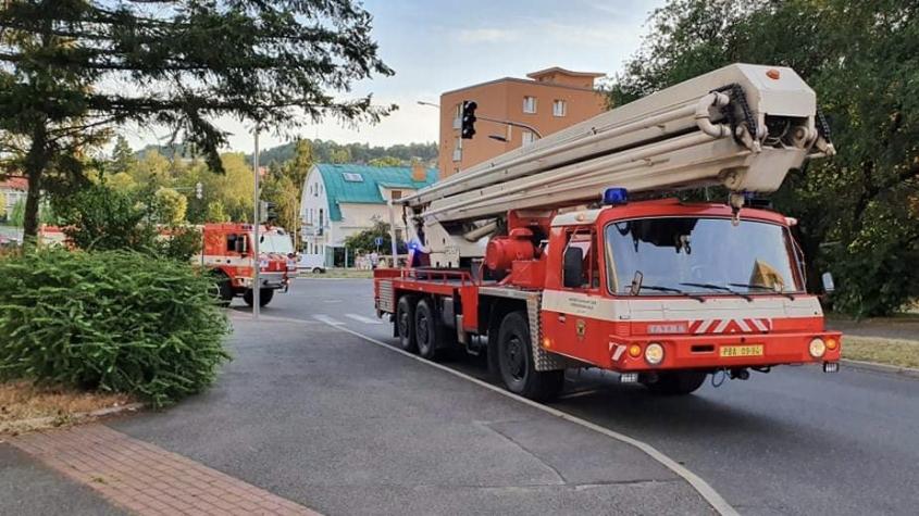 Dvě hasičské jednotky vyjížděly k požáru bytového domu, jednalo se o grilování